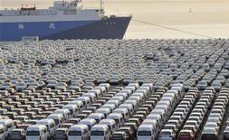 Китайские автомобили стоят перед отправкой на экспорт в порту Даляня, 15 октября 2012 года. Министерство торговли Китая считает, что сентябрьских данных о росте экспорта и импорта недостаточно, чтобы подтвердить восстановление благоприятной обстановки на внешних рынках. REUTERS/China Daily