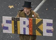 Участник акции протеста против пенсионной реформы британских властей в Лондоне, 30 ноября 2011 года. Десятки тысяч человек примут участие в субботних протестах в Лондоне, что станет крупнейшей демонстрацией против жестких экономических мер правительства Великобритании в этом году. REUTERS/Suzanne Plunkett