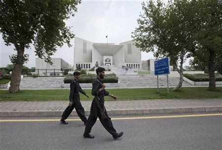 Paramilitary soldiers walk past the Supreme Court building in Islamabad August 8, 2012. REUTERS/Faisal Mahmood