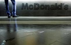 Мужчина стоит у касс ресторана McDonald's в Москве, 1 февраля 2010 года. Прибыль McDonald's Corp в третьем квартале снизилась из-за слабой мировой экономики и сильного доллара, оказавшего негативное влияние на финансовые показатели компании. REUTERS/Denis Sinyakov