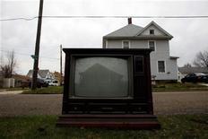 """Отражение дома в экране сломанного телевизора в Бич-Сити, штат Огайо 6 апреля 2011.Голландская актриса Сильвия Кристель, звезда мягкого порно 1970-х, умерла в Амстердаме в возрасте 60 лет, оставшись в памяти нескольких поколений в образе """"Эммануэли"""", сопровождаемом узнаваемой мелодией. REUTERS/Eric Thayer"""