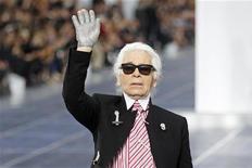 """Estilista alemão Karl Lagerfeld aparece no final do desfile da coleção primavera/verão 2013 da Chanel, na semana de moda de Paris. Lagerfeld acusou o presidente francês, François Hollande, de destruir a economia da França ao impor impostos dolorosos sobre os ricos, chamando o líder socialista de """"idiota"""". 02/10/2012 REUTERS/Benoit Tessier"""
