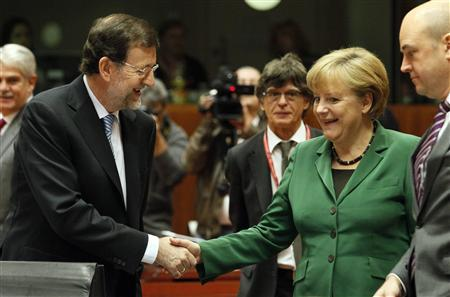 Spain's Prime Minister Mariano Rajoy Brey (L) and Germany's Chancellor Angela Merkel shake hands at a European Union leaders summit in Brussels October 19, 2012. REUTERS/Sebastien Pirlet