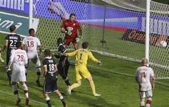 Zagueiro Marko Basa marca gol nos acréscimos do segundo tempo que salvou o Lille de uma derrota contra o invicto Girondins Bordeaux pelo Campeonato Francês, em Bordeaux, na França, nesta sexta-feira. 19/10/2012 REUTERS/Regis Duvignau