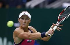 A australiana Samantha Stosur em partida contra a sérvia Ana Ivanovic nas semifinais da Copa Kremlin. Stosur venceu Ivanovic de virada por 2-6, 6-3 e 6-2. 20/10/2012 REUTERS/Grigory Dukor