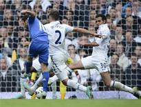 Juan Mata (esquerda), do Chelsea, marca gol contra o Tottenham Hotspur, neste sábado.