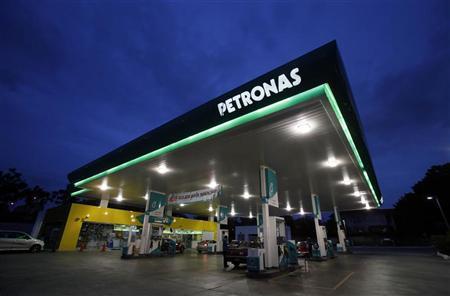 Motorists pump gas at Petronas petrol station in Putrajaya January 27, 2011. REUTERS/Bazuki Muhammad (