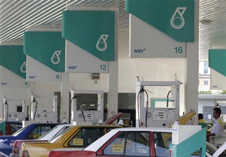 Motorists pump natural gas at a Petronas station in Kuala Lumpur July 1, 2010. REUTERS/Bazuki Muhammad