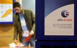 """<p>Les chiffres du chômage seront """"mauvais encore plusieurs mois"""" en France en raison des plans sociaux en cours ou à venir, a déclaré dimanche le ministre du Travail. /Photo d'archives/REUTERS</p>"""