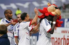 Bafetimbi Gomis, do Olympique Lyon, usa máscara de leão para comemorar gol contra o Brest neste domingo