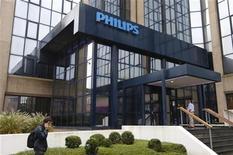 <p>Philips Electronics affiche des ventes et des bénéfices supérieurs aux attentes pour le troisième trimestre, grâce à une amélioration des performances commerciales de ses trois divisions. /Photo prise le 11 septembre 2012/REUTERS/François Lenoir</p>