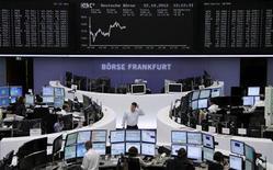 <p>Les Bourses européennes se sont retournées dans le vert à la mi-séance, l'espoir de voir l'Espagne solliciter prochainement une aide internationale éclipsant des résultats d'entreprises peu encourageants. Vers 10h30 GMT, le Dax évoluait à l'équilibre, le CAC 40 gagnait 0,28%, le FTSE prenait 0,1% et l'Eurostoxx 50 0,4%. /Photo prise le 22 octobre 2012/REUTERS/Remote/Lizza David</p>