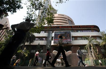 People walk past the Bombay Stock Exchange (BSE) building in Mumbai January 9, 2009. REUTERS/Punit Paranjpe/Files