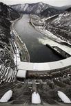 """Саяно-Шушенская ГЭС в Хакасии, 28 ноября 2009 года. Крупнейшая в РФ гидрогенерирующая госкомпания РусГидро сократила скорректированную прибыль и EBITDA в первом полугодии 2012 года на фоне отмены инвестнадбавки, слабых результатов дальневосточной """"дочки"""", снижения доходности энергосбытов и низких цен, немного не дотянув до прогноза. REUTERS/Ilya Naymushin"""