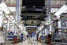 Funcionários trabalham na linha de montagem de carros em fábrica da Volkswagen, em São Bernardo do Campo, em abril de 2011. A Volkswagen está trabalhando com um cenário de crescimento de 6 a 7 por cento nas vendas do mercado brasileiro de carros e comerciais leves em 2012, afirmou o presidente da montadora no país, Thomas Schmall. 06/04/2011 REUTERS/Nacho Doce