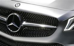 Logotipo da Mercedes-Benz é visto em carro em exposição no Salão do Automóvel em Paris, França. A marca alemã de automóveis de luxo Mercedes-Benz deve decidir até o final do primeiro semestre de 2013 se produzirá no Brasil, afirmou o vice-presidente de vendas da montadora no Brasil, Joachim Maier. 27/09/2012 REUTERS/Jacky Naegelen