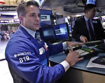 Dow, S&P end flat; Yahoo gains after the bell