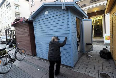A woman closes her roadside stall, at the location where Finnish Prime Minister Jyrki Katainen was attacked in Turku October 22, 2012. REUTERS/Vesa Moilanen/Lehtikuva