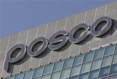 Логотип POSCO на крыше штаб-квартиры компании в Сеуле, 21 октября 2011 года. Южнокорейская сталелитейная компания POSCO снизила прибыль на 25 процентов в третьем квартале и сократила годовые прогнозы продаж и инвестиций. REUTERS/Jo Yong-Hak
