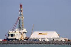 Строящаяся буровая установка на казахском месторождении Кашаган в Каспийском море, 11 октября 2012 года. Ухудшение мировой конъюнктуры на сырьевые экспортные товары Казахстана заставили власти снизить прогноз роста ВВП на 2012 год до 5,4 процента с 5,8 процента, сообщили чиновники во вторник. REUTERS/Robin Paxton