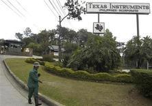 <p>Texas Instruments, dont les puces sont employées aussi bien dans l'électronique grand public que dans des matériels professionnels, fait état d'un bénéfice de 784 millions de dollars au troisième trimestre, contre 601 millions un an auparavant. /Photo d'archives/REUTERS</p>