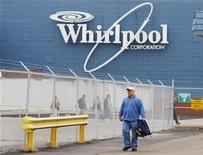 Рабочий возле завода Whirlpool в Эвансвилле, Индиана, 23 ноября 2009 года. Квартальная прибыль Whirlpool Corp превзошла ожидания благодаря повышению цен и жесткому контролю за расходами. REUTERS/Brian Snyder