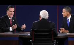 Candidato republicano à Presidência dos EUA Mitt Romney (E) responde à questão do moderador Bob Schieffer (C) durante debate presidencial em Boca Raton, Flórida. 22/10/2012 REUTERS/Jason Reed