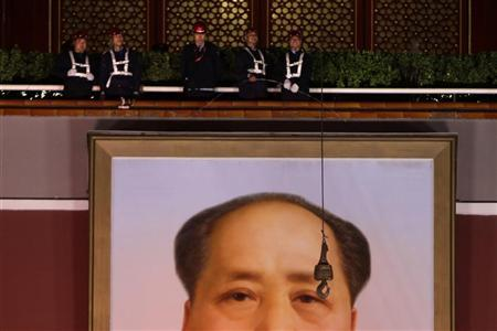 Workers prepare to remove an old portrait of China's late Chairman Mao Zedong from Tiananmen Gate to make way for a new portrait of him during annual renovation works ahead of the 63rd National Day on October 1, in Beijing September 28, 2012. REUTERS/Jason Lee