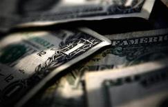 Американские доллары, Торонто, 26 марта 2008 года. В сложные времена инвесторы стремятся найти стабильность в американском долларе, даже если источником проблем являются США. REUTERS/Mark Blinch