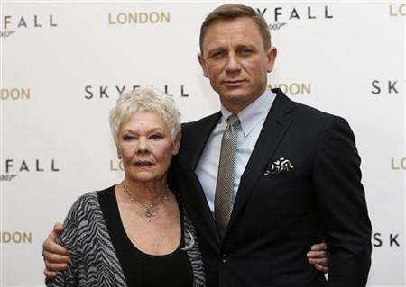 Actor Daniel Craig poses with actress Judy Dench during a photocall to promote the new James Bond film ''Skyfall'', at a hotel in central London October 22, 2012. REUTERS/Andrew Winning