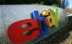"""Логотип eBay возле штаб-квартиры в Сан-Хосе, Калифорния, 2 февраля 2010 года. Торговая площадка eBay рассчитывает на резкий рост бизнеса в России за счет регионов и """"волны"""" новых покупателей в интернете, как только решит проблему с логистикой - головной болью компаний, продающих товары через интернет в самой большой стране мира. REUTERS/Robert Galbraith"""