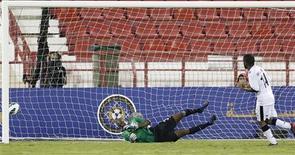 Khalfan Ibrahim, do Al-Sadd, marca segundo gol contra o Al-Sailiya durante partida do campeonato do Qatar, em Doha. As empresas fornecedoras da tecnologia da linha do gol GoalRef e Hawk-Eye foram autorizadas a instalar o sistema em todo o mundo após a assinatura de contratos com a Fifa, anunciou a federação nesta terça-feira. 21/10/2012 REUTERS/Fadi Al-Assaad