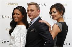 """Ator Daniel Craig posa para foto com atrizes Naomie Harris e Berenice Marlohe durante evento para promover o filme """"Skyfall"""" em hotel no centro de Londres, Inglaterra. Os criadores do novo filme de James Bond, """"Skyfall"""", têm se esforçado para combinar os valores da velha escola que tornaram 007 um sucesso ao longo dos últimos 50 anos com vários costumes modernos para manter o espião relevante em um mundo pós-Guerra Fria. 22/10/2012 REUTERS/Andrew Winning"""