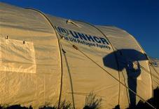 Тень ливийского беженца на палатке в лагере UNHCR в Тунисе 5 марта 2011 года. Управление Верховного комиссара ООН по делам беженцев (UNHCR) во вторник выразило озабоченность исчезновением попросившего убежища российского гражданина Леонида Развозжаева, который пропал в Киеве 19 октября и, по утверждению правоохранительных органов России, спустя два дня явился с повинной по делу о подготовке массовых беспорядков в Москве. REUTERS/Yannis Behrakis