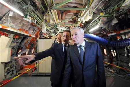 France's Prime Minister Jean-Marc Ayrault (R) and Airbus CEO Fabrice Bregier (L) visit an Airbus A350 XWB (Extra Wide Body) long-haul plane, under construction at European aircraft maker Airbus's final assembly line (FAL) plant in Toulouse, southern France October 23, 2012. REUTERS/Remy Gabalda/Pool