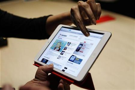 Visitors look over the new iPad mini at an Apple event in San Jose, California October 23, 2012. REUTERS/Robert Galbraith