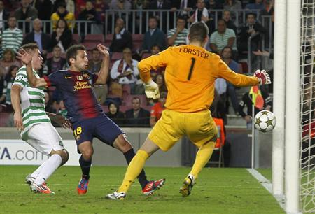 Barcelona's Jordi Alba (C) scores his goal in the last minute against Celtic's goalkeeper Fraser Foster during their Champions League Group G soccer match at the Nou Camp stadium in Barcelona, October 23, 2012. REUTERS/Albert Gea
