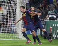 Jogadores Jordi Alba e David Villa, comemoram gol marcado quase no último toque na bola, com o qual o Barcelona bateu o Celtic de virada por 2 x 1, pelo Grupo G da Liga dos Campeões nesta terça-feira. 23/10/2012 REUTERS/Albert Gea