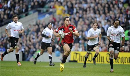 Canterbury Crusaders' Sean Maitland (C), surrounded by South Africa Sharks' players, runs to score a try during their Super Rugby round six match at Twickenham, London, March 27, 2011. REUTERS/Paul Hackett