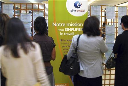 Job seekers look at job notifications as they visit a National Agency for Employment (Pole Emploi) temporary stand in a shopping centre in Nice October 23, 2012. REUTERS/Eric Gaillard