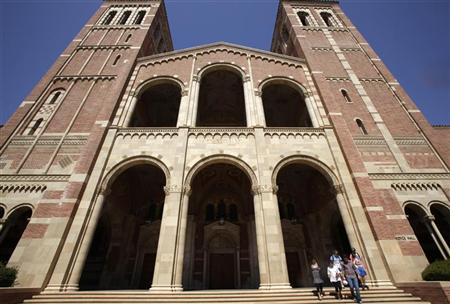 Students walk on the University of California Los Angeles (UCLA) campus in Los Angeles, September 18, 2009. REUTERS/Lucy Nicholson