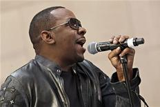 """Astro do rhythm and blues Bobby Brown, ex-marido de Whitney Houston, se apresenta durante programa televisivo """"Today show"""" em Nova York, em maio. Brown foi preso em Los Angeles e acusado de dirigir sob a influência do álcool, informou a polícia de Los Angeles na quarta-feira. 28/05/2012 REUTERS/Andrew Burton"""