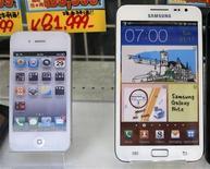 IPhone e Samsung Galaxy Note são visto em agosto em uma vitrine em Tóquio. Um tribunal holandês decidiu na quarta-feira que a Samsung Electronics não violou uma patente da Apple ao utilizar certas técnicas de tela multitoque em alguns de seus celulares inteligentes e tablets Samsung Galaxy. 31/08/2012 REUTERS/Kim Kyung-Hoon