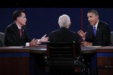 Candidatos à presidência dos Estados Unidos, Barack Obama e Mitt Romney, são vistos discutindo durante o terceiro e último debate entre os candidatos presidenciais nos EUA antes das eleições de 6 de novembro, em Boca Raton, na Flórida. O número de espectadores dos debates despencou em relação aos dois encontros anteriores, na segunda-feira, quando o evento teve a concorrência do beisebol e do futebol americano. 22/10/2012 REUTERS/Jason Reed