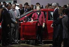 Presidente Dilma Rousseff é vista próxima a carro durante visita ao Salão do Automóvel em São Paulo. Dilma anunciou nesta quarta-feira a prorrogação das alíquotas menores do Imposto sobre Produtos Industrializados (IPI) sobre automóveis até 31 de dezembro deste ano. 14/10/2012 REUTERS/Nacho Doce