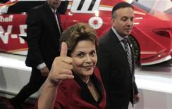 Presidente Dilma Rousseff faz sinal positivo durante visita ao Salão do Automóvel em São Paulo. O governo anunciou nesta quarta-feira a prorrogação, até o fim do ano, das alíquotas menores de Imposto sobre Produtos Industrializados (IPI) ao setor automotivo. 24/10/2012 REUTERS/Nacho Doce