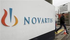 Логотип Novartis перед входом в здание офиса компании в Базеле, 25 октября 2011 года. Продажи швейцарского производителя лекарств Novartis в третьем квартале оказались хуже прогнозов, в частности, из-за потери патента на препарат для артериального давления Diovan в США. REUTERS/Arnd Wiegmann
