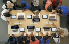 Funcionários e consumidores testam laptops durante abertura da maior loja da Apple em Barcelona, Espanha. Em meio ao ruído e empolgação gerados pelo lançamento do iPad mini nesta semana, a Apple também apresentou novos computadores Mac. 28/07/2012 REUTERS/Albert Gea