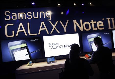 People use the Galaxy Note II after a news conference announcing Samsung's update to its phone-tablet hybrid in New York, October 24, 2012. REUTERS/Shannon Stapleton