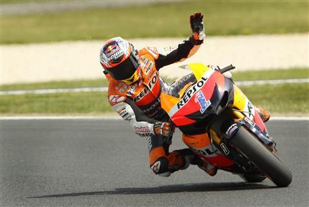Honda MotoGP rider Casey Stoner of Australia waves during a free practice session ahead of the Australian Motorcycle Grand Prix at Phillip Island October 26, 2012. REUTERS/Brandon Malone